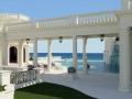 Spettacolare-piscina-con-bar-e-fontana-sull_acqua